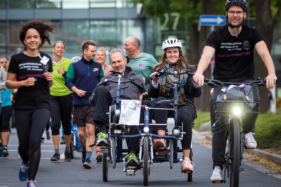 Am Spendenlauf in Dresden nahm ALS-Patient Thomas Günther (Mitte sitzend) selbst teil - unterstützt von seiner Tochter Raphaela.
