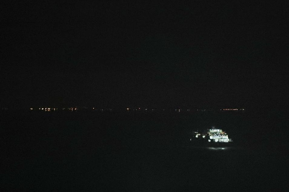 Großbritannien, Dover: Die letzte Fähre verlässt den Hafen in Dover.