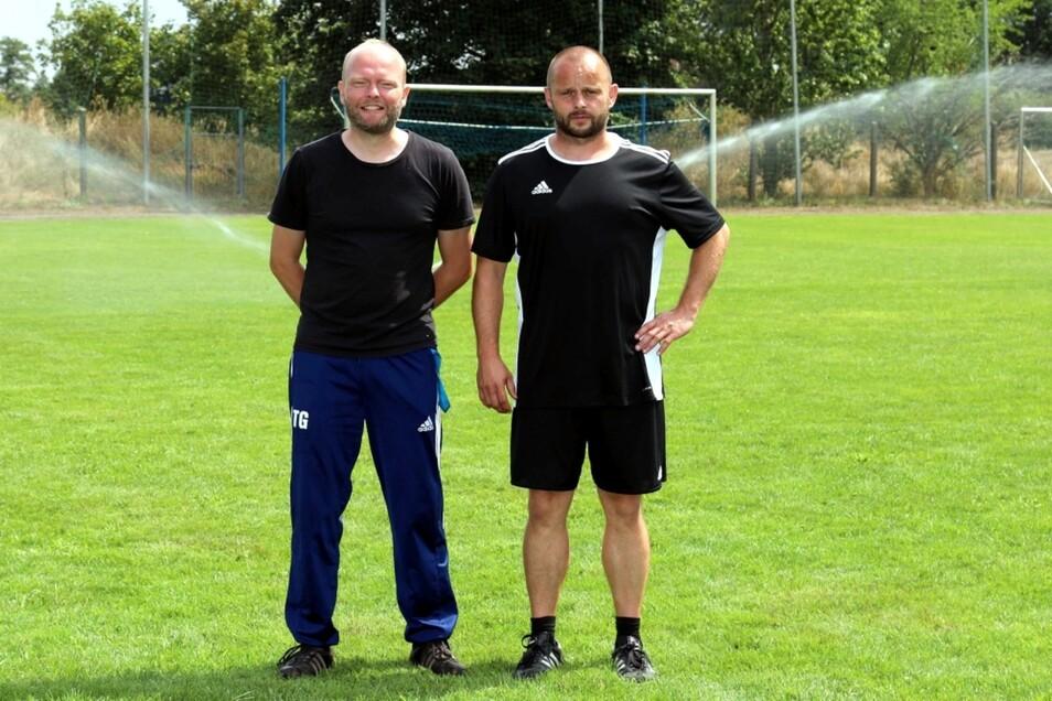 Bei der Eröffnung der Beregnungsanlage haben Projektleiter Torsten Gumpert (links) und Michael Glowik von der SpVgg, scheint's, eine neue Engel-Variante erfunden.