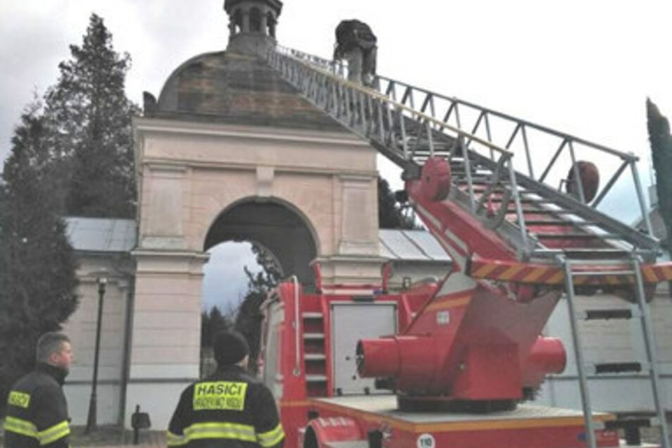 Feuerwehrleute reparieren das Dach am Eingang zum Friedhof in Hrádek nad Nisou.