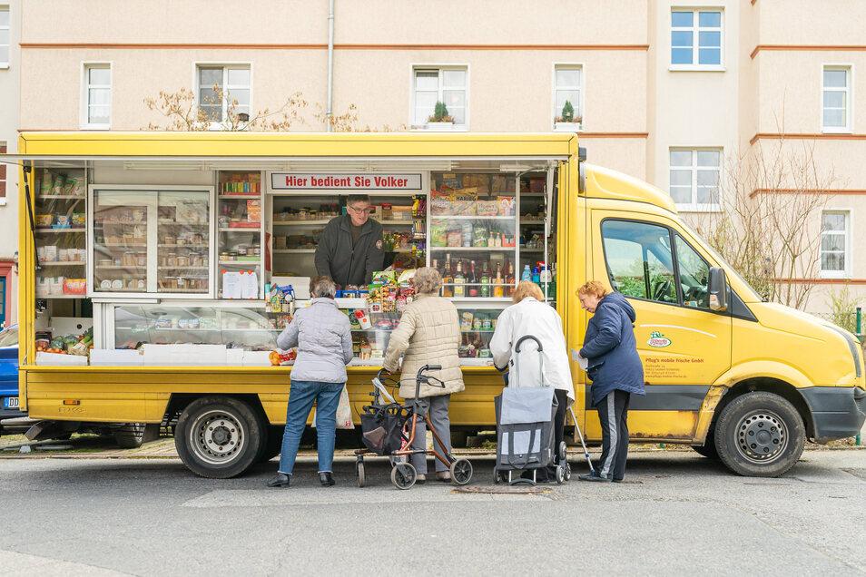 Wo der mobile Supermarkt von Pflugs mobile Frische GmbH hält, bildet sich mancherorts sofort eine kleine Schlange.