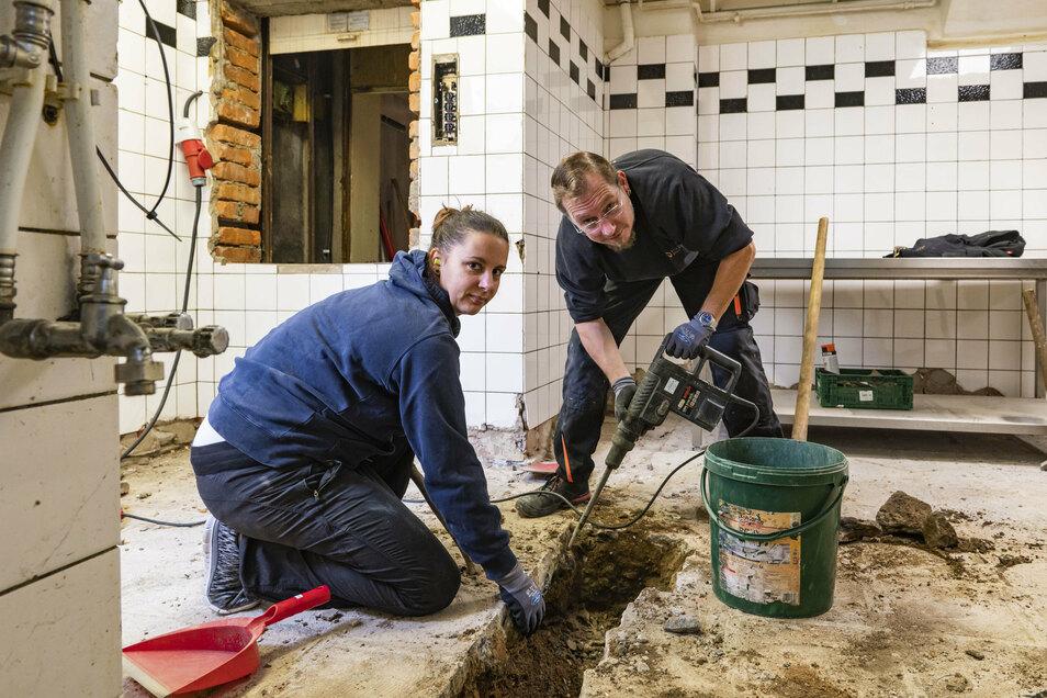 Im Schützenhaus wird die Zwangsschließung genutzt, die Küche zu modernisieren. Anja Scholz und Mario Schneider sind hier beim Ausschachten für neue Leitungen.