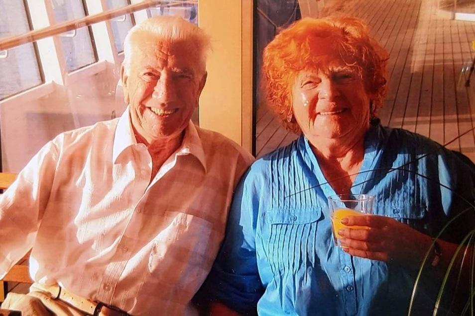 Die Natur (links mit Sohn Harald) und die Ferne haben es Heinrich Weber und seiner Familie stets angetan. Zum 60. Hochzeitstag ging er mit seiner Ursel auf Kreuzfahrt.