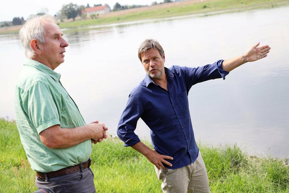 Robert Habeck (r.) war am Dienstag erst in Dresden, dann kam der von manchen als Kanzlerkandidat gehandelte Grünen-Politiker nach Kreinitz. Dort sprach er unter anderem mit Agrargenossenschafts-Chef Gerhard Förster (l.).