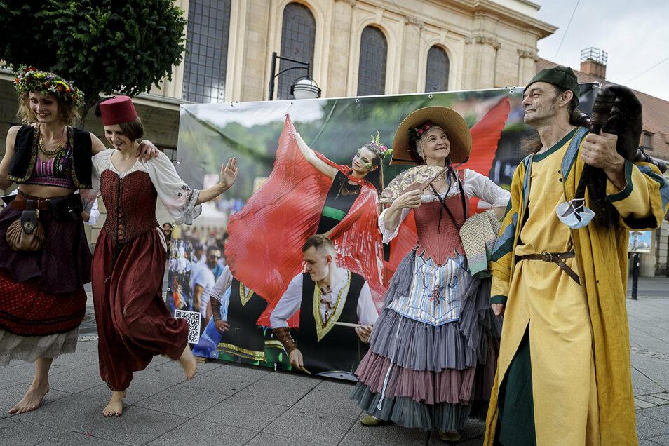Zur Präsentation eines Altstadtfest-Plakates vor dem Bahnhof waren am Freitag einige Künstler angereist.
