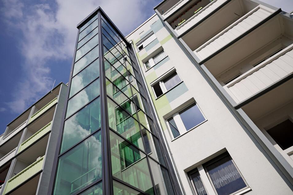 Die Wohnungsgesellschaft Riesa hat bereits mehrere sanierte Plattenbauten mit Aufzügen ausgestattet, so wie hier in der Heinz-Steyer-Straße.