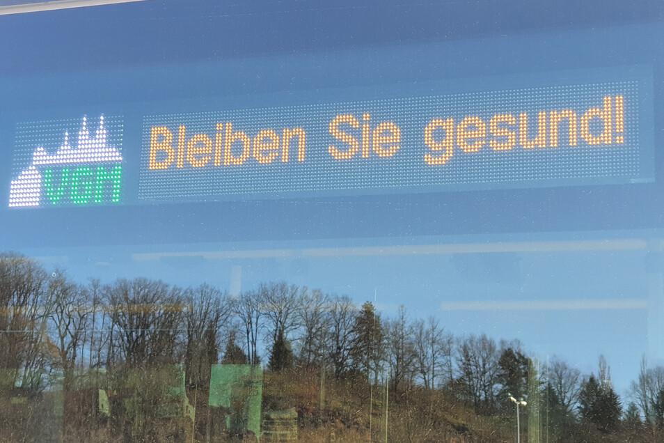Die Busse der Verkehrsgesellschaft Meißen zeigen bei Leerfahrten in der Corona-Krise eine aufmunternde Anzeige: Bleiben Sie gesund!