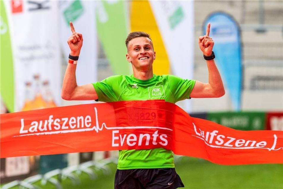 Sieger Karl Bebendorf beim Zieleinlauf.