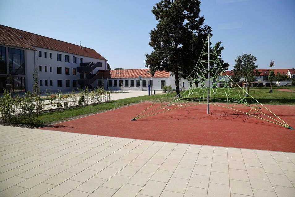 Platz für Bewegung: Auf dem Hof gibt es jetzt ein Kletternetz und diverse Sportflächen. Zudem ist eine komplett neue Sporthalle entstanden.