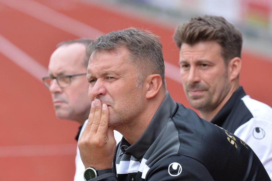 Knut Michael (vorn), Trainer des SC Freital, steht mit seinem Team vor einer großen Aufgabe.