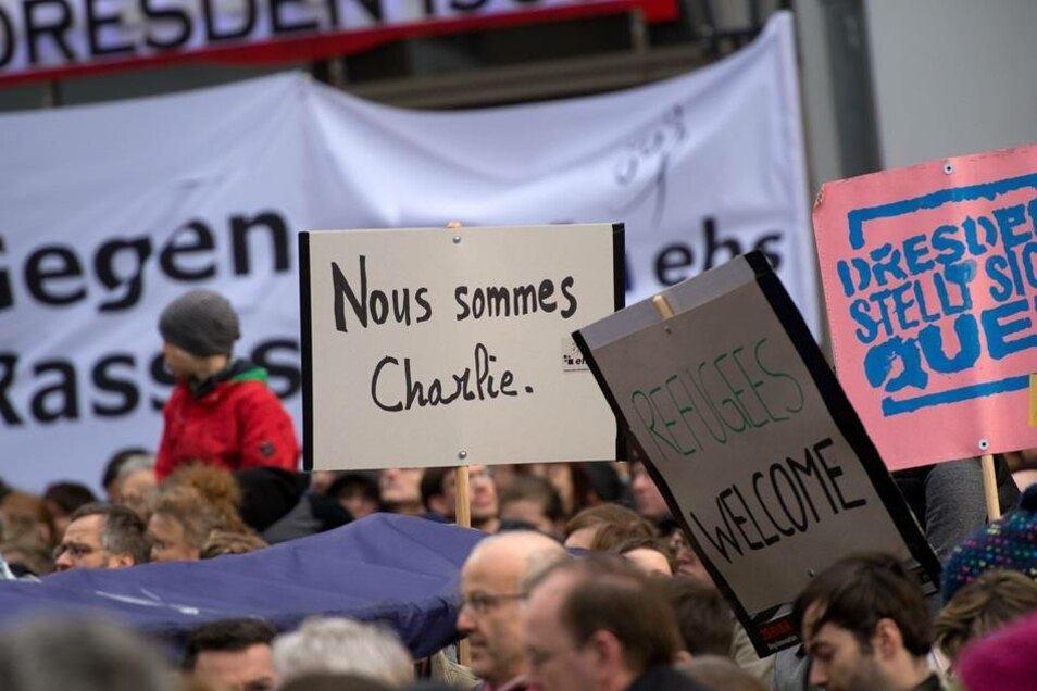 Die Dresdner gedenken zu Beginn der Veranstaltung den Opfern der Terroranschläge in Frankreich.