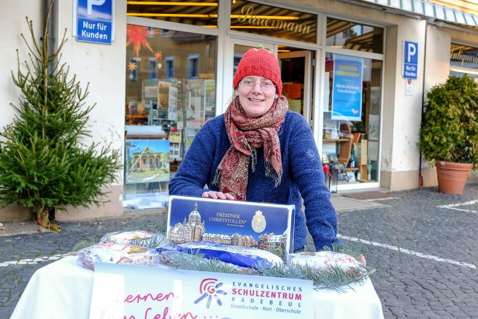 Ute Sauermann hat vor ihrer Buchhandlung schon einmal einen Tisch aufgebaut. Auf dem Vorplatz verkaufen Schüler des Evangelischen Schulzentrums am Vormittag des 5. Dezember 2020 Christstollen.