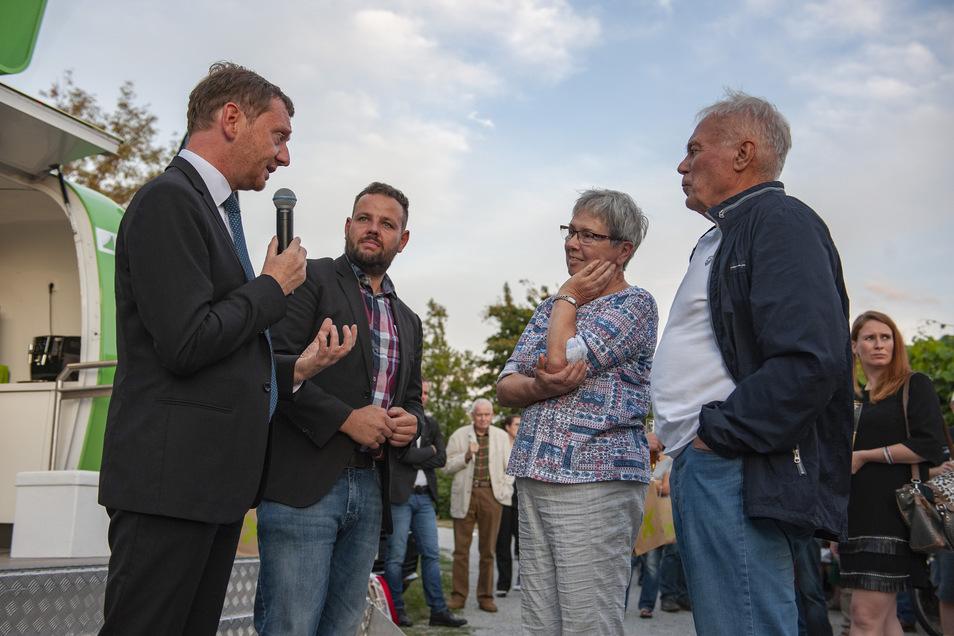 Sachsens Ministerpräsident Michael Kretschmer und Großenhains CDU-Landtagsabgeordneter Sebastian Fischer nahmen sich Zeit für Gespräche, wie hier mit Martina Köpke und Manfred Berge aus Diesbar-Seußlitz.