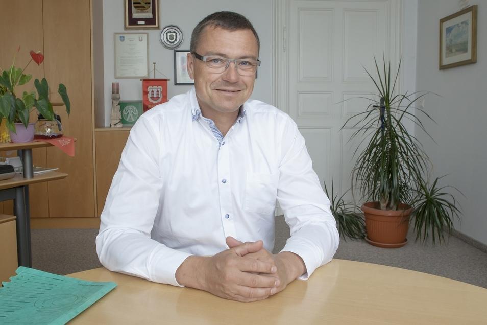 Wilsdruffs Bürgermeister Ralf Rother (CDU) in seinem Büro. Freude bei der Arbeit ist sein Erfolgsrezept, auch jenseits der Ratsarbeit.