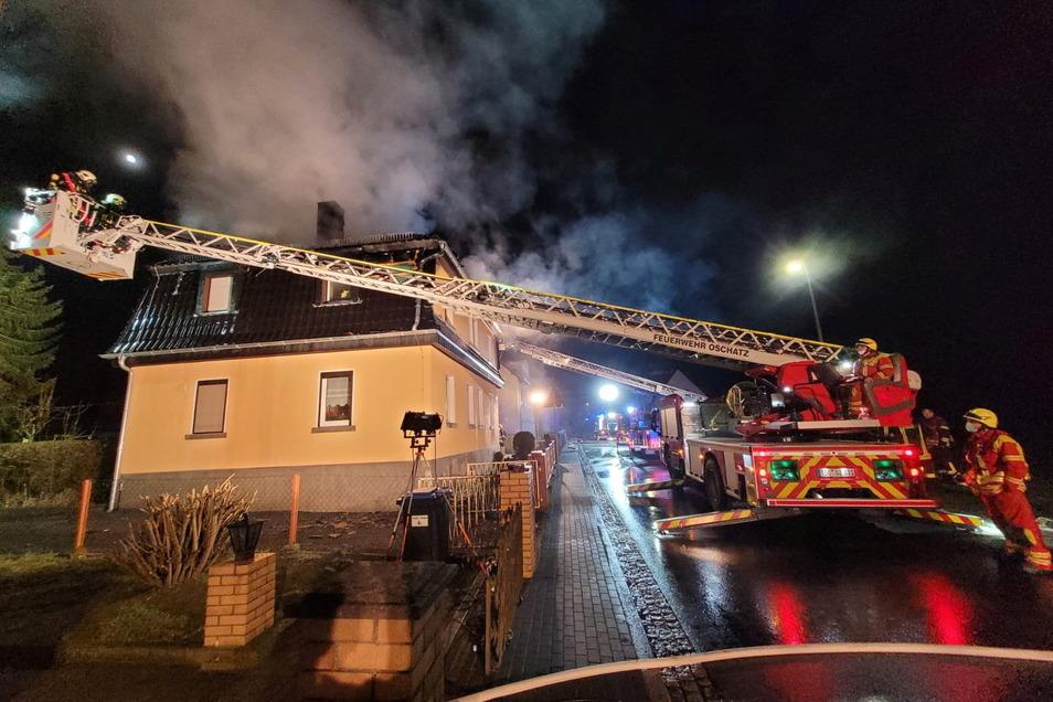 Stundenlang war die Feuerwehr in der Nacht von Montag zu Dienstag in Nickritz im Einsatz. Das Haus ist nach Feuer und Löscheinsatz fürs Erste unbewohnbar - die fünf Hausbewohner brauchen dringend Hilfe.