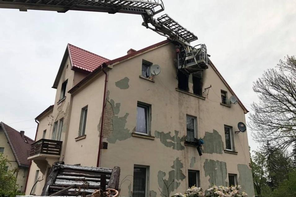 Bei dem Wohnhausbrand erlitten zwei Menschen so schwere Verletzungen, dass sie ins Krankenhaus eingeliefert werden mussten.