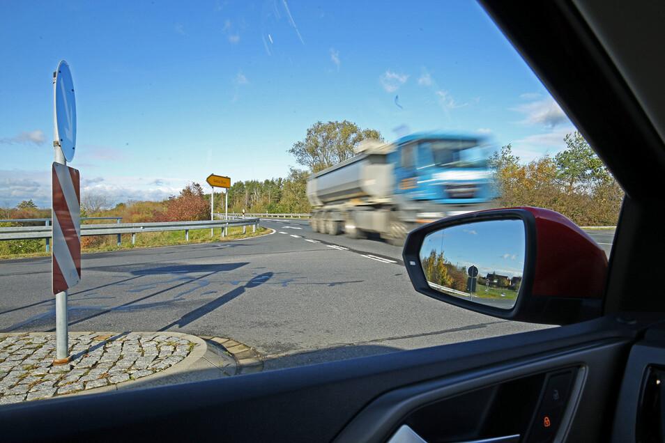 Mit normaler Geschwindigkeit passiert dieser Lkw die Kreuzung bei Gohlis. Doch durch die Büsche am Straßenrand war er relativ spät zu erkennen.
