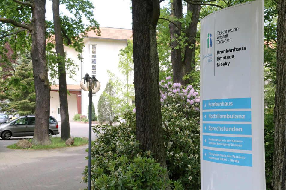 Das Emmaus-Krankenhaus in Niesky bietet die medizinische Grund- und Notfallversorgung an, Kliniken für Chirurgie, Innere Medizin und Anästhesie sowie eine 24-Stunden-Notfallambulanz. Etwa 160 Mitarbeiter sind am Krankenhaus beschäftigt.