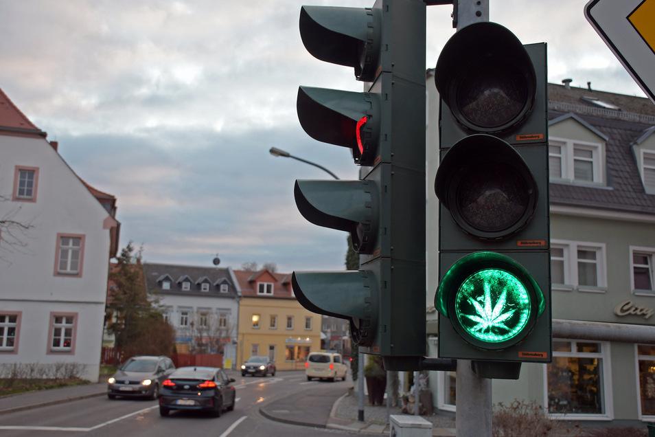 Mancher Autofahrer, der an der Kleinen Kirchgasse auf Grün wartete, traute heute seinen Augen nicht, als die Ampel umschaltete. Dort erschien ein Cannabis-Blatt.