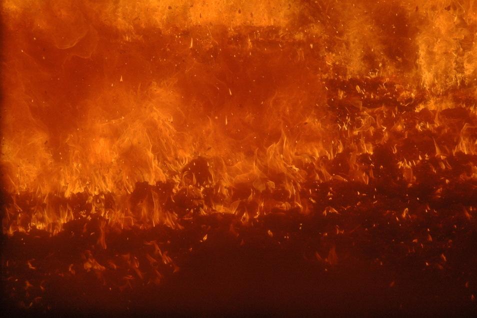 Blick in die Brennkammer mit Stufenrost von Kronospan. Hier werden Spanplatten-Abfälle für die Energieerzeugung verbrannt. Auch die Lampertswalder Wehr müsste im Ernstfall hier löschen.