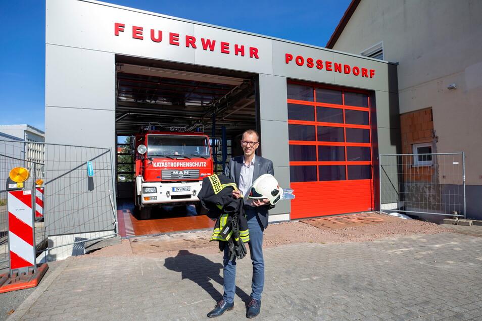 Der Hauptverwaltungsleiter der Gemeinde Bannewitz, Heiko Wersig, greift beim Umzug der Feuerwehr in den Anbau mit zu.