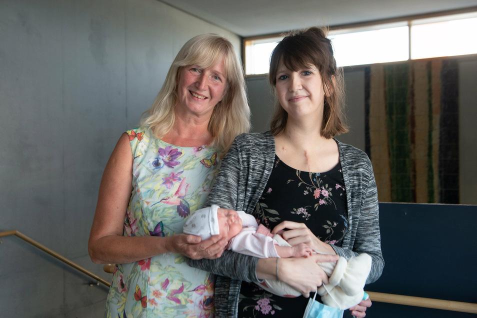 Glücklich, alles überstanden zu haben: Juliane mit ihrer Mutter und Baby Holly.