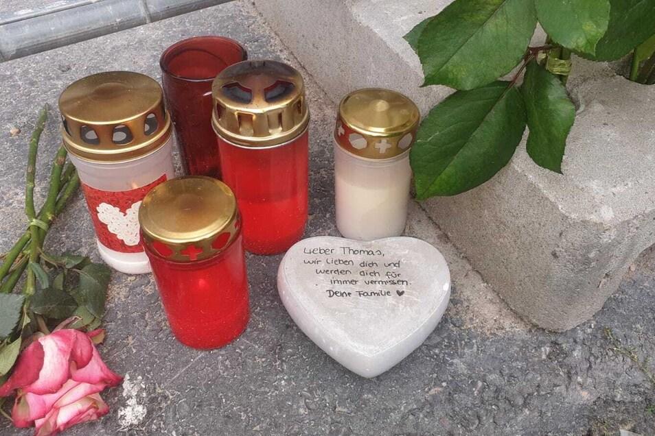 Am Tatort erinnert ein steinernes Herz an den getöteten 55-Jährigen.
