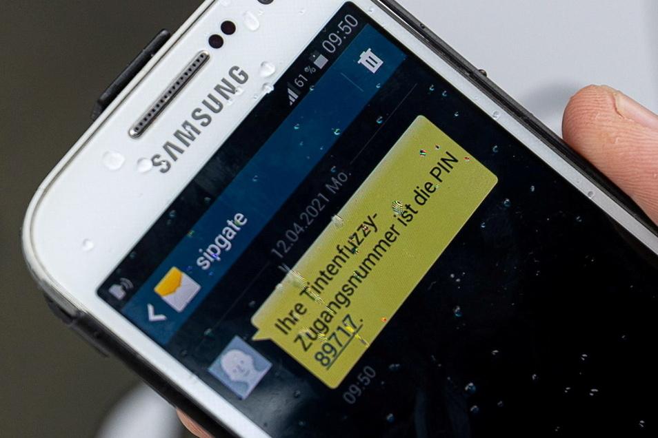 Hat man sich mit seiner Handynummer an der Tür registriert, kommt eine SMS mit dem Zugangscode zurück. Erst diese Kombination gibt den Eingang frei.
