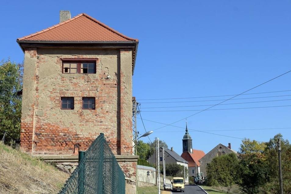 Der Transformatorenturm an der Kreisstraße soll im nächsten Jahr verputzt werden. Im Jahr 2015 wurde bereits das Dach saniert.