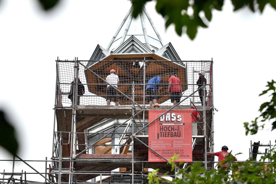 Das Dach der Turmhaube vom Schloss Hainewalde wird aufgesetzt.