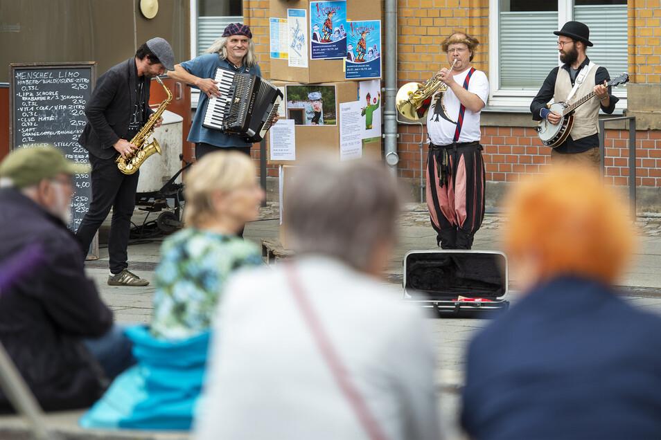 """Vor dem Kultur-Bahnhof in Radebeul-Ost spielt die Band """"Ein Gramm Glück""""."""