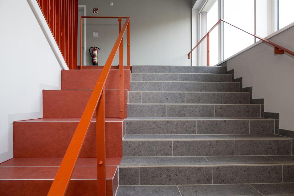 Im Anbau sind ein separates Treppenhaus sowie ein Aufzug entstanden. Damit ist die Schule jetzt barrierefrei ausgebaut.