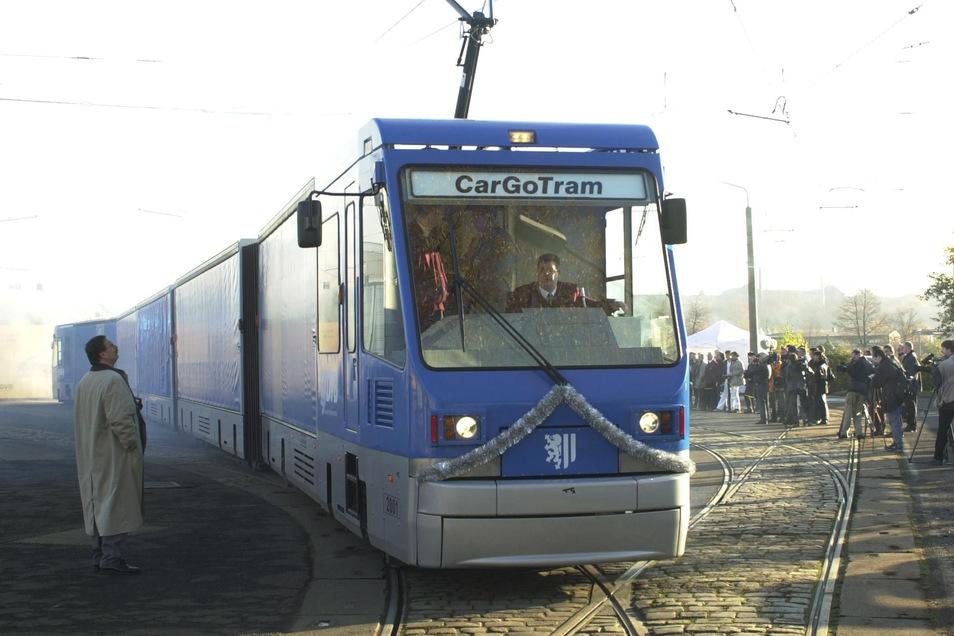 Die Güterstraßenbahn am 16. November 2000 beim sogenannten Roll-Out in Trachenberge.