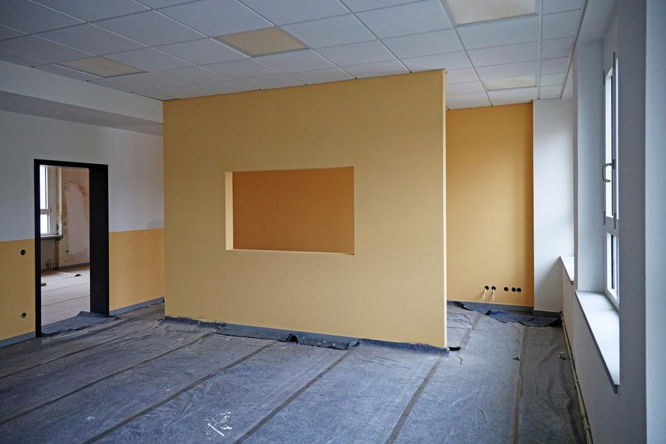 Die Wand hinten im Klassenzimmer ist für autistische Kinder gedacht, die dahinter unbeobachtet sitzen können. Eine einseitig durchsichtige Scheibe fehlt noch.