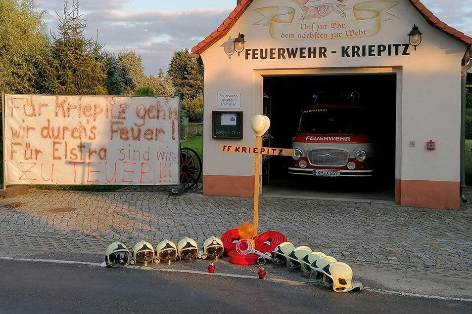 Symbolisch trugen die Kameraden der Freiwilligen Feuerwehr Kriepitz ihren Standort zu Grabe. Gleich nach der Entscheidung im Elstraer Stadtrat stellten sie das Kreuz vor ihr Gerätehaus.