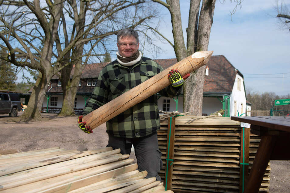 Wink mit dem Zaunpfahl: Holger Zastrow erneuert auf dem Areal der Hofewiese rund 200 Meter Zaun. Außerdem tut er der Natur Gutes.