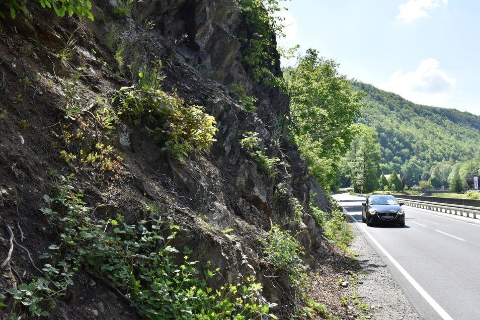 Zwischen Schlottwitz und Mühlbach muss ein Felsen gesichert werden. Das soll in diesem Monat geschehen.