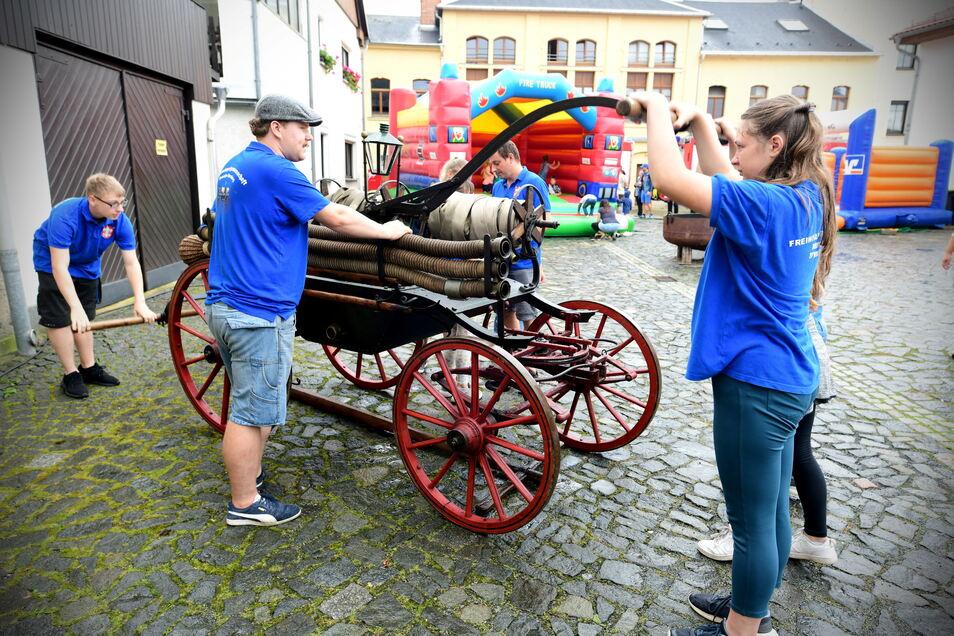 Die Mitglieder der Jugendfeuerwehr von Neusalza-Spremberg wissen bereits, wie die alte Handruckspritze bedient wird. Das zeigten sie am Wochenende beim Feuerwehrfest.