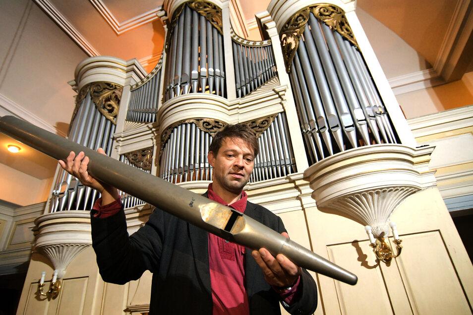 Waldheims Kantor René Michael Röder zeigt eine von mehr als 400 Pfeifen der historischen Kreutzbach-Orgel in der St. Nicolai-Kirche, die saniert werden sollen. Damit wird das Instrument in den Zustand seiner Bauzeit, Mitte des 19. Jahrhunderts zurückverse