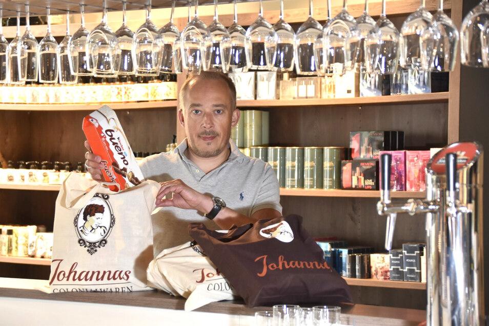 Martin Enk verpackt in der Johanna am Neumarkt extra Beutel zum Paketpreis. Kosmetika und Parfüms sind alle stark reduziert.