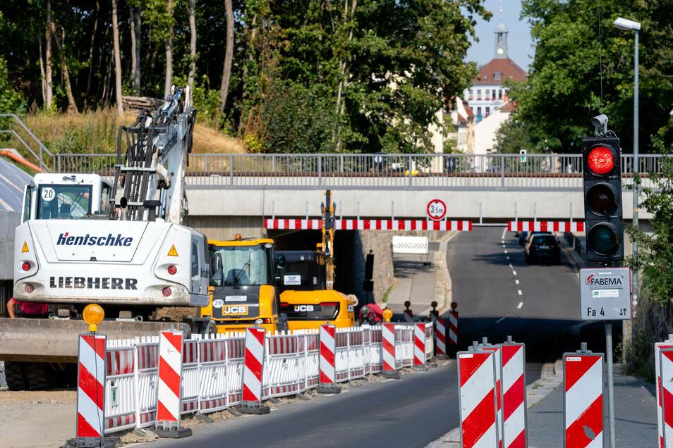 Ein Bild, das viele Bischofswerda täglich vor Augen haben: Ampelrot an der Baustelle Neustädter Straße. Noch bis September dauern hier die Arbeiten zum Neubau einer Stützmauer.