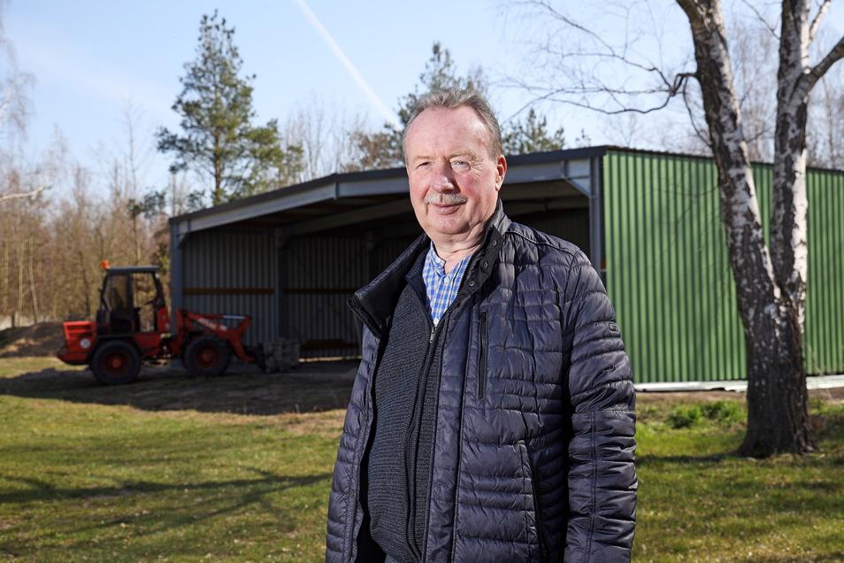 Der Vereinsvorsitzende Siegfried Bossack steht vor der neu gebauten Flugzeughalle auf dem Gelände des Sächsischen Feuerwehrmuseums in Zeithain.