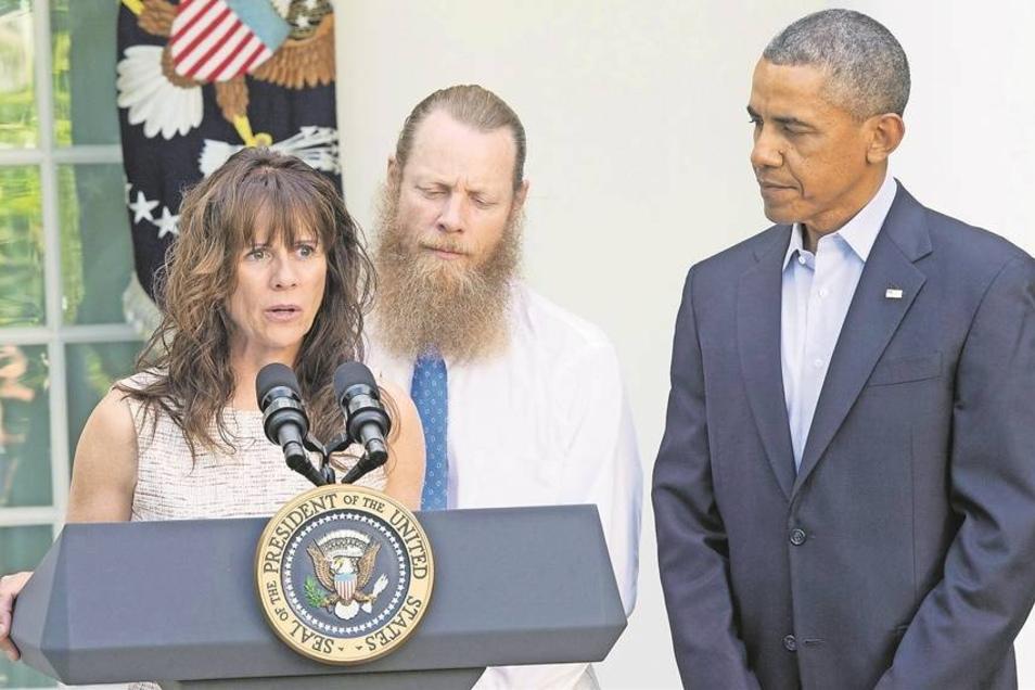 """Bei der Pressekonferenz mit Barack Obama (r.) ist die Mutter des freigelassenen Bowe Bergdahl den Tränen nahe. """"Wir werden für Bowe stark bleiben, während er sich erholt"""", sagte Jani Bergdahl. Vater Robert hat sich aus Solidarität mit seinem Sohn einen la"""