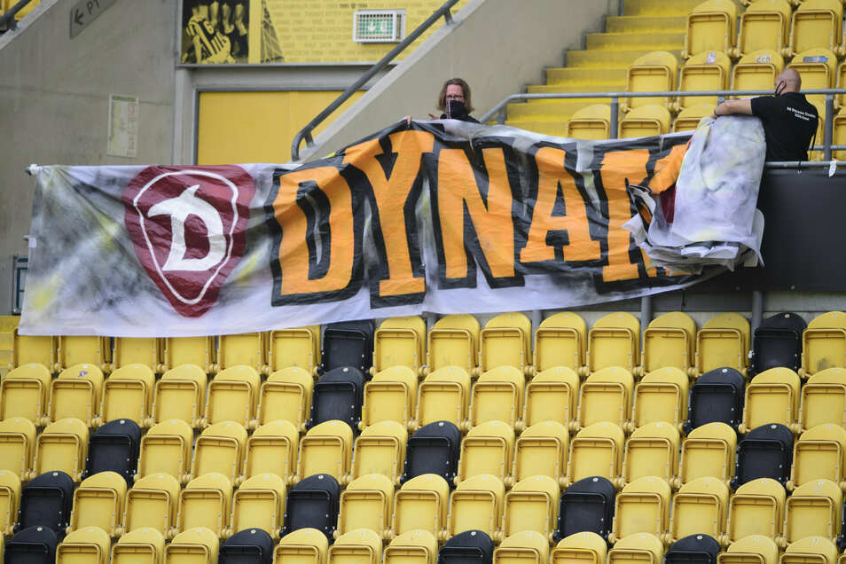 Die Plakate auf der Tribüne im Rudolf-Harbig-Stadion sind eingerollt, doch die Frage bleibt: Wie geht es weiter für Dynamo - und vor allem in welcher Liga?