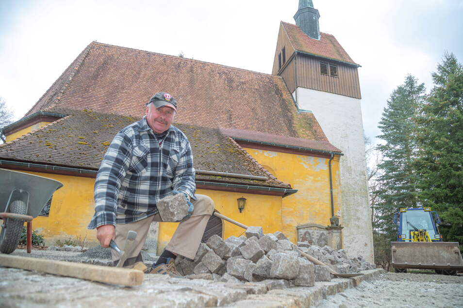 Helmut Schumann erledigt die Pflasterarbeiten an der Kirche in Förstgen für die Firma Wiesner aus Kringelsdorf.