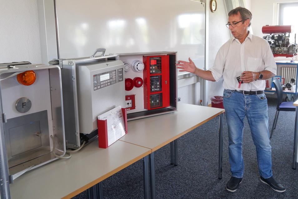 Thomas Bergander vom Kreis-Ordnungsamt ist für die mobile Brandmeldeanlage verantwortlich, die für die Ausbildung der freiwilligen Feuerwehren gedacht ist.