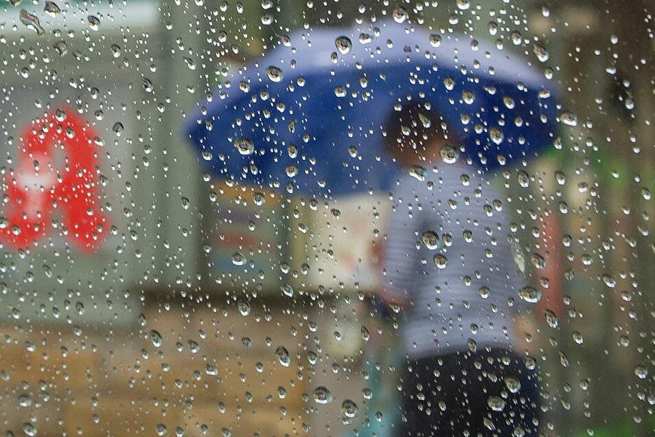 Noch ist die Regenfront nicht vorüber. Montag und Dienstag bleibt es spannend.