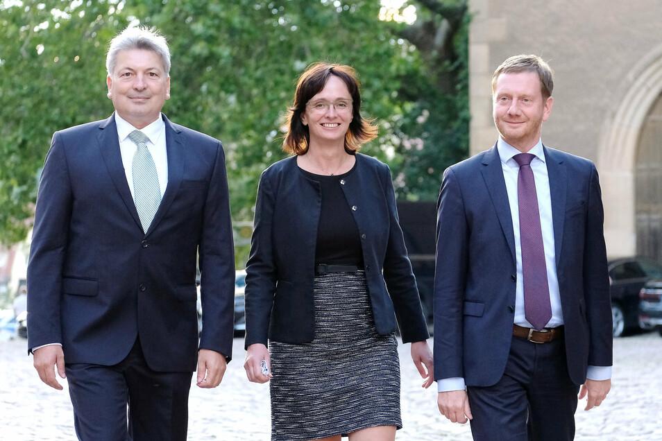 Arndt Steinbach (l.) neben der kommissarischen Landrätin Janet Putz und Ministerpräsident Michael Kretschmer am Montagabend bei seiner Verabschiedung vorm Meißner Dom.