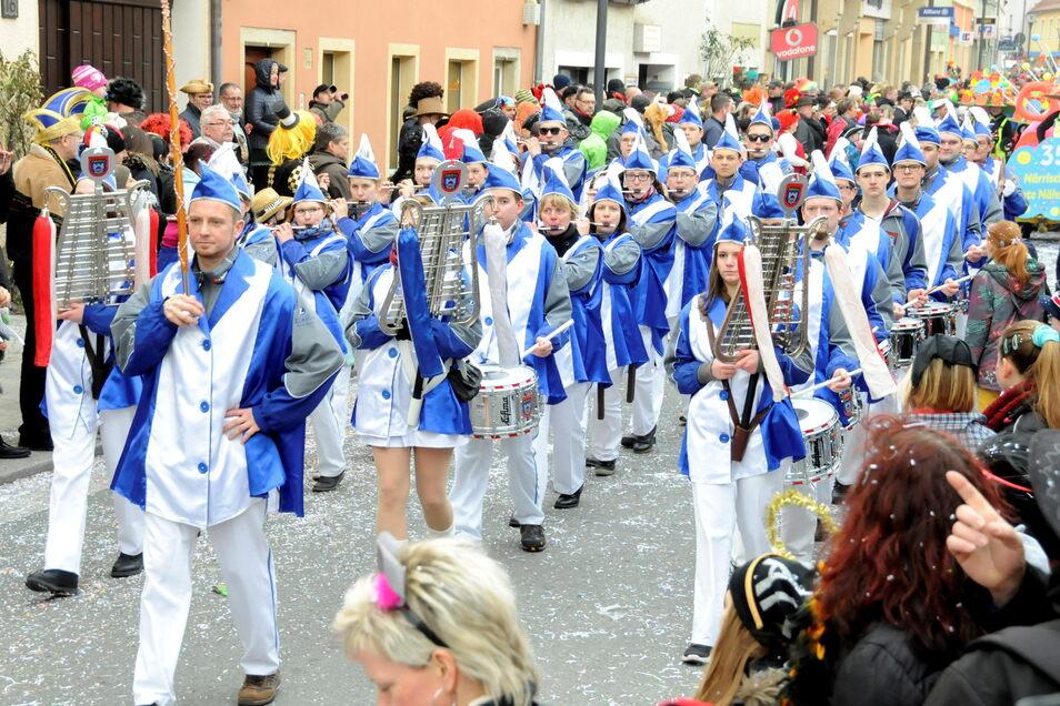 Wie hier beim Karneval in Radeburg immer gern auf Veranstaltungen gehört und gesehen: der traditionsreiche Spielmannszug Zabeltitz.