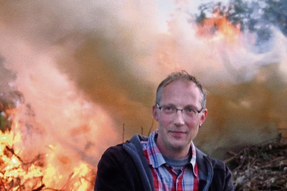 Lars Dronigke vor dem Baudaer Maifeuer am Vorabend des Feiertages: Der Chef des Ortschaftsrates hat sich auch diesmal mächtig ins Zeug für das Walpurgisfest gelegt.